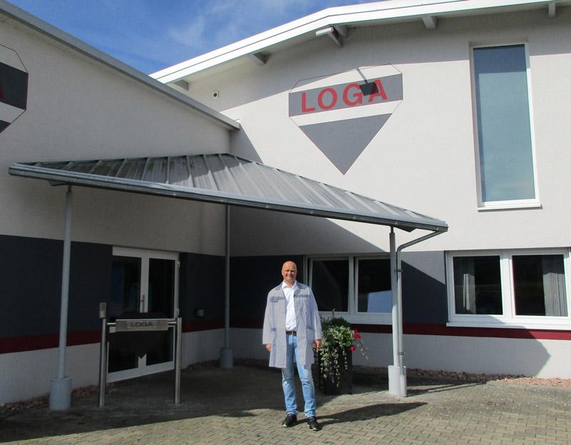 Peter Loga vor dem Firmengebäude